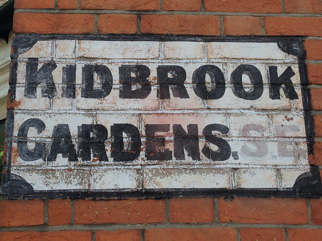 Bizarre hand-painted sign in Kidbrook(e) SE(3)