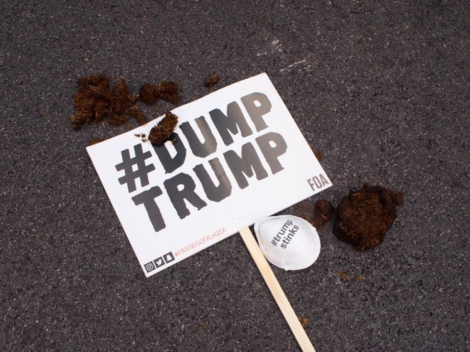 Trump_sign_47
